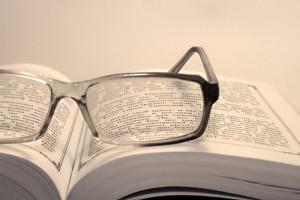 Lesebrille auf Buch zum Lesen