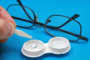 Kontaktlinsen oder Brille als Sehhilfe verwenden