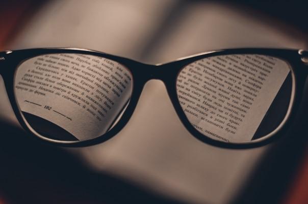 Lesen mit einer Brille